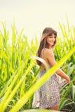 Mujer joven hermosa al aire libre en el vestido de Sun Fotos de archivo libres de regalías