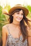 Mujer joven hermosa al aire libre en el vestido de Sun Imagen de archivo