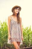 Mujer joven hermosa al aire libre en el vestido de Sun Foto de archivo