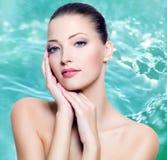 Mujer joven hermosa atractiva con la piel fresca de la cara Imágenes de archivo libres de regalías