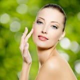 Mujer joven hermosa atractiva con la piel fresca de la cara Imagen de archivo