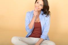 Mujer joven hermosa atractiva sonriente contenta Fotografía de archivo