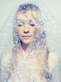 Mujer joven hermosa bajo un velo Imagen de archivo libre de regalías