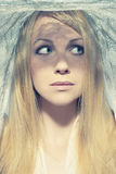 Mujer joven hermosa bajo un velo Imagen de archivo