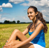 Mujer joven hermosa bronceada en un campo Foto de archivo libre de regalías