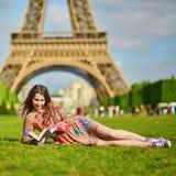 Mujer joven hermosa cerca de la torre Eiffel Imagen de archivo