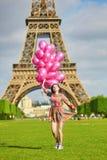 Mujer joven hermosa cerca de la torre Eiffel Fotografía de archivo