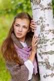 Mujer joven hermosa cerca del abedul Imágenes de archivo libres de regalías