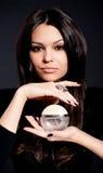 Mujer joven hermosa con bot del perfume foto de archivo