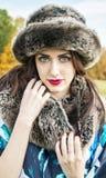 Mujer joven hermosa con el fondo de la caída/del otoño imagenes de archivo