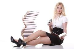 Mujer joven hermosa con el fondo del blanco de los libros Imagenes de archivo