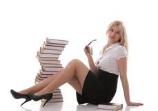 Mujer joven hermosa con el fondo del blanco de los libros Fotografía de archivo