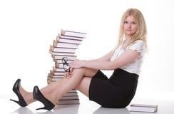 Mujer joven hermosa con el fondo del blanco de los libros Foto de archivo libre de regalías