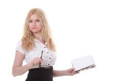 Mujer joven hermosa con el fondo del blanco de los libros Imágenes de archivo libres de regalías