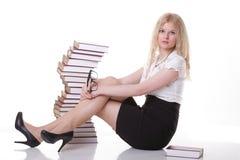 Mujer joven hermosa con el fondo del blanco de los libros Fotos de archivo libres de regalías