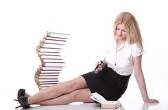 Mujer joven hermosa con el fondo del blanco de los libros Imagen de archivo libre de regalías