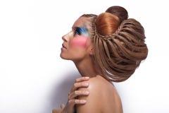 Mujer joven hermosa con el grandes peinado y maquillaje imagen de archivo