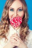 Mujer joven hermosa con el lollipop Fotografía de archivo