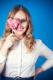 Mujer joven hermosa con el lollipop Foto de archivo libre de regalías