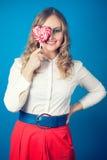 Mujer joven hermosa con el lollipop Fotos de archivo libres de regalías