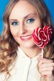 Mujer joven hermosa con el lollipop Imagen de archivo