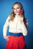 Mujer joven hermosa con el lollipop Imagen de archivo libre de regalías