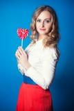 Mujer joven hermosa con el lollipop Foto de archivo