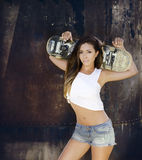 mujer joven hermosa con el monopatín Foto de archivo