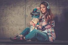 Mujer joven hermosa con el monopatín al aire libre Imagenes de archivo
