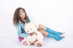 Mujer joven hermosa con el oso suave Fotos de archivo
