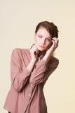 Mujer joven hermosa con el peinado de la manera Foto de archivo libre de regalías