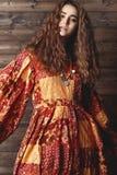 Mujer joven hermosa con el peinado rizado largo, joyería de la moda con el pelo moreno Ropa india del estilo, vestido largo foto de archivo libre de regalías