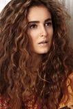 Mujer joven hermosa con el peinado rizado largo, joyería de la moda con el pelo moreno Ropa india del estilo, vestido largo foto de archivo