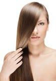 Mujer joven hermosa con el pelo brillante largo Imagen de archivo libre de regalías