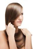 Mujer joven hermosa con el pelo brillante largo Fotos de archivo