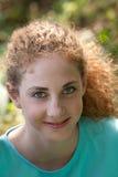 Mujer joven hermosa con el pelo castaño rizado Imagen de archivo libre de regalías