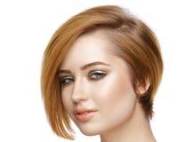 Mujer joven hermosa con el pelo corto recto aislado en blanco Fotografía de archivo