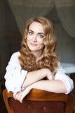 Mujer joven hermosa con el pelo curvy rojo largo Fotografía de archivo