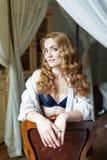 Mujer joven hermosa con el pelo curvy rojo largo Imagen de archivo libre de regalías