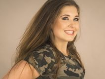 Mujer joven hermosa con el pelo de Brown Foto de archivo