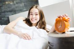 Mujer joven hermosa con el pelo largo que duerme en cama en dormitorio Imagen de archivo
