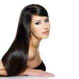 Mujer joven hermosa con el pelo marrón de largo recto imagen de archivo