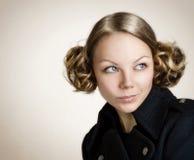 Mujer joven hermosa con el pelo oscuro Fotos de archivo