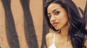 Mujer joven hermosa con el pelo oscuro largo Foto de archivo libre de regalías