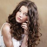 Mujer joven hermosa con el pelo rizado. fotografía de archivo libre de regalías