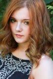 Mujer joven hermosa con el pelo rojo Imagen de archivo libre de regalías