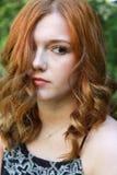 Mujer joven hermosa con el pelo rojo Imagenes de archivo