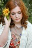 Mujer joven hermosa con el pelo rojo Foto de archivo