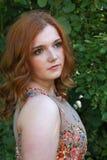 Mujer joven hermosa con el pelo rojo Fotos de archivo libres de regalías