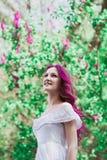 Mujer joven hermosa con el pelo rosado Imagenes de archivo